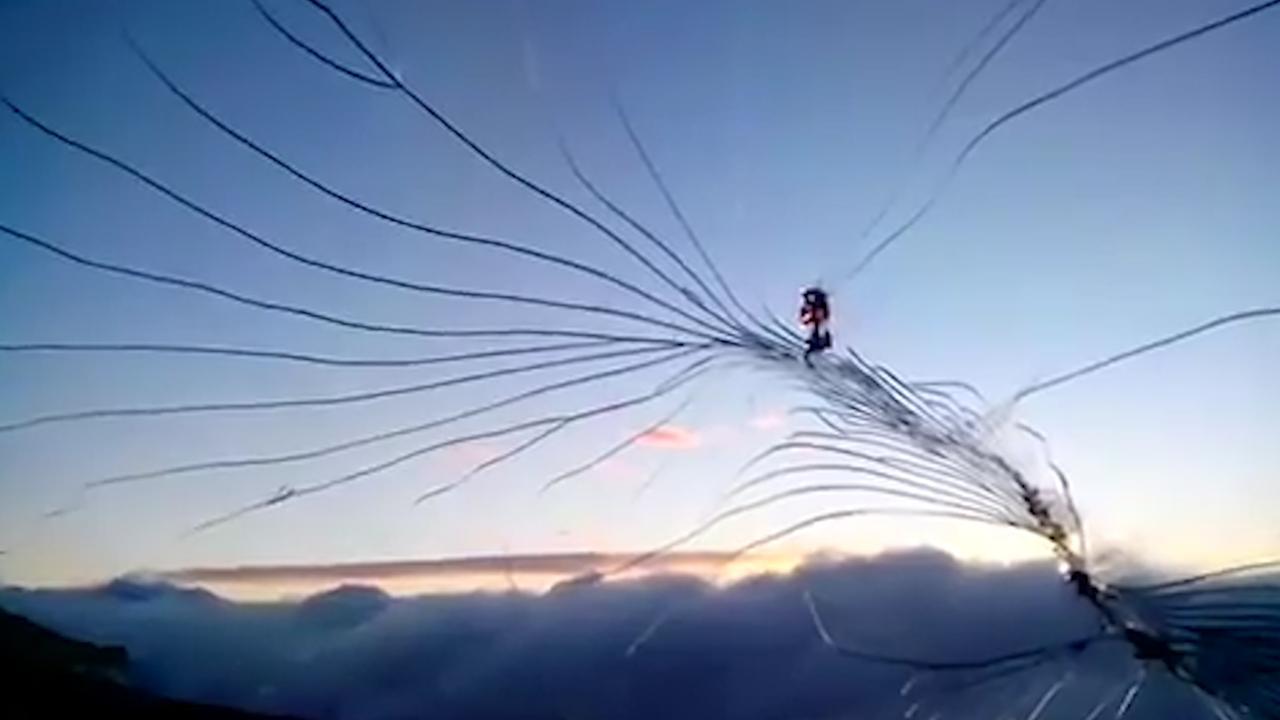 Bemanningslid filmt barst in cockpit Pools vliegtuig