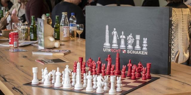Verkoop bijzonder Utrechts schaakspel levert 4.330 euro op voor goed doel