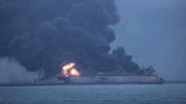 Storm hindert zoektocht naar opvarenden brandende olietanker