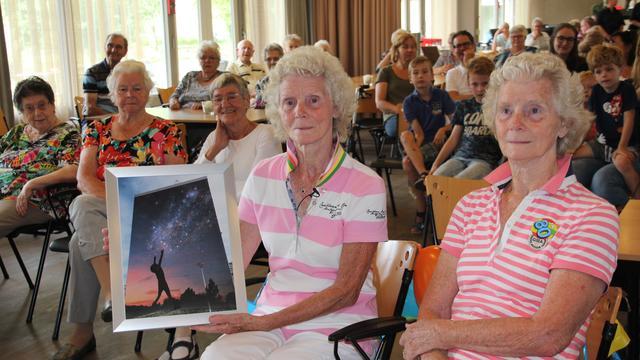 Jarige tweeling krijgt muurschildering op serviceflat Driehoorne
