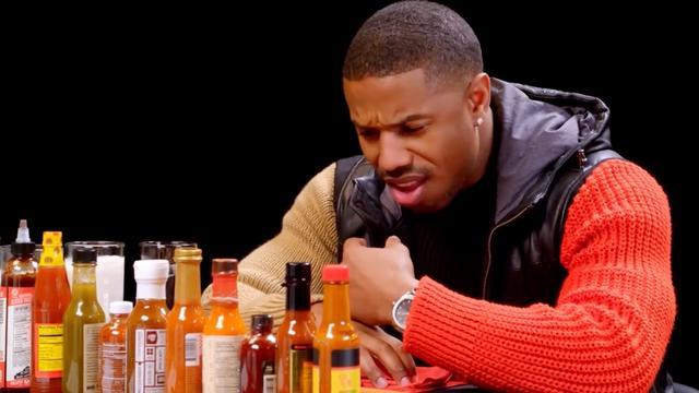 Michael B. Jordan eet extreem pittige hotwings tijdens interview