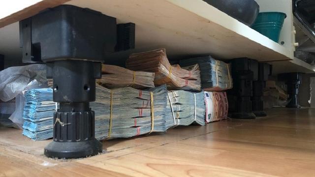 Politie vindt 600.000 euro briefgeld onder keuken in Rotterdamse woning
