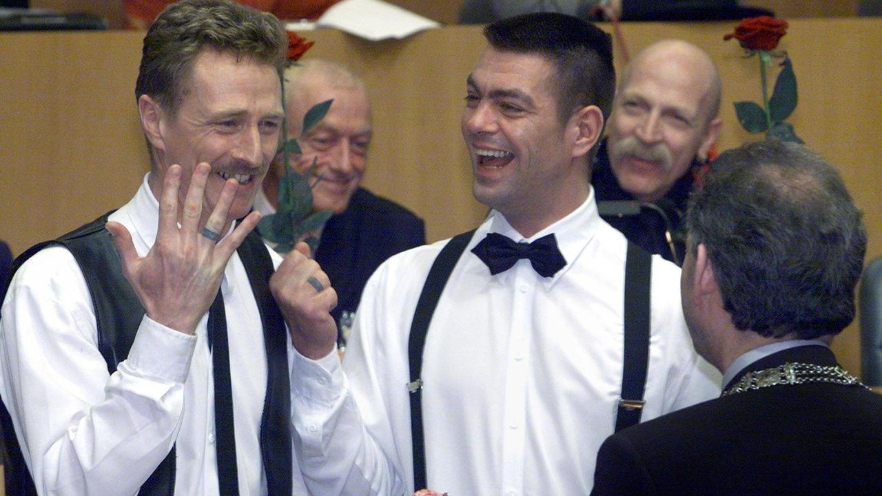 Eerste homohuwelijk op 1 april 2001