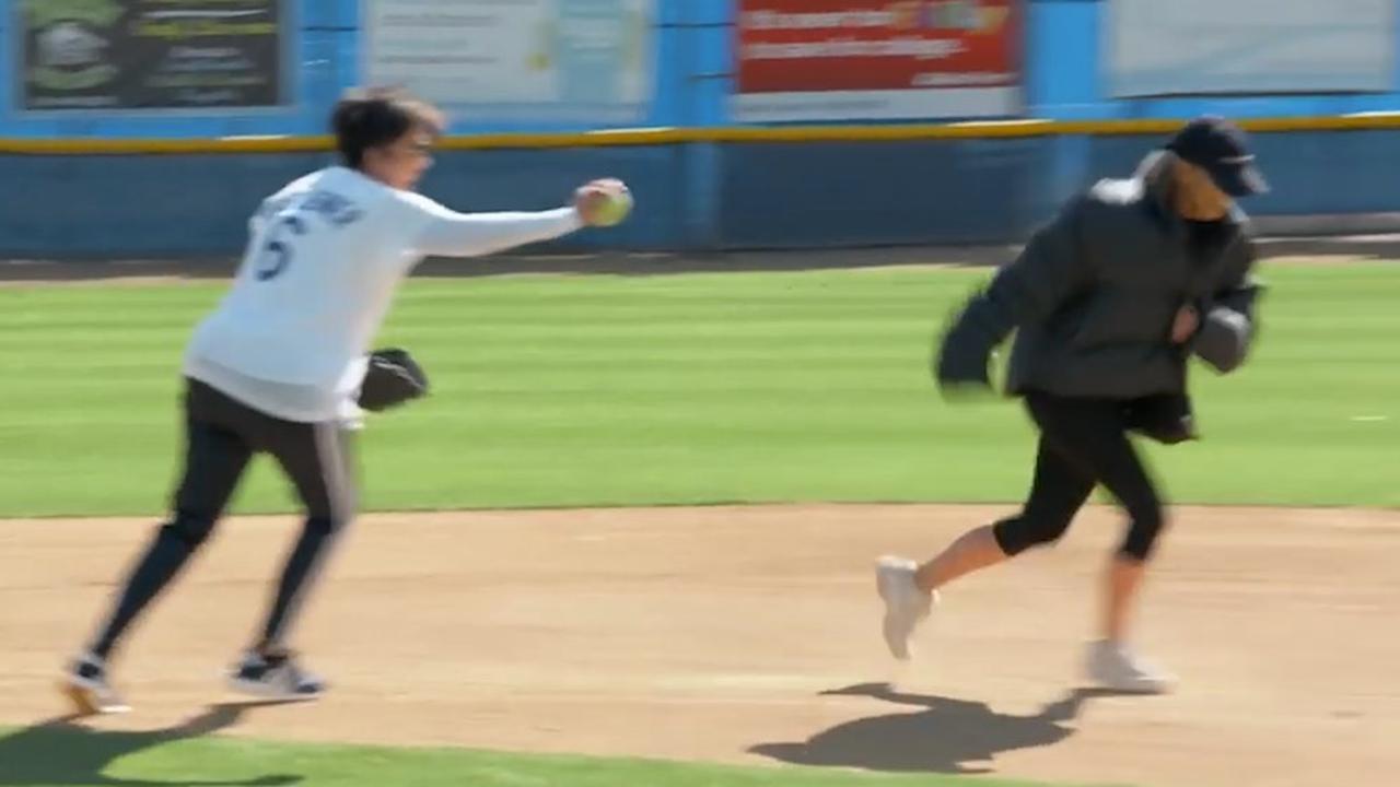 Kim Kardashian gooit honkbal bijna op hoofd Kris Jenner
