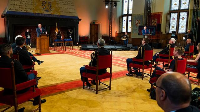 Vier politiemensen kregen donderdag door korpschef Henk van Essen de Eremedaille voor verdienste politie uitgereikt.