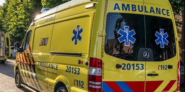 Fietser lichtgewond na botsing met brommer bij De Schans