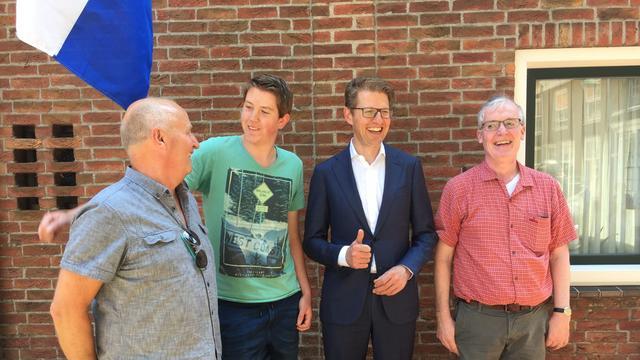 Staatssecretaris Dekker feliciteert geslaagde Ralph Danen uit Tholen