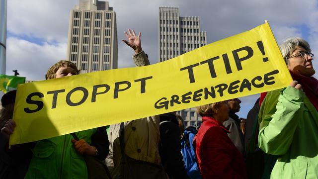 Actievoerders Greenpeace verstoren TTIP-vergadering Brussel