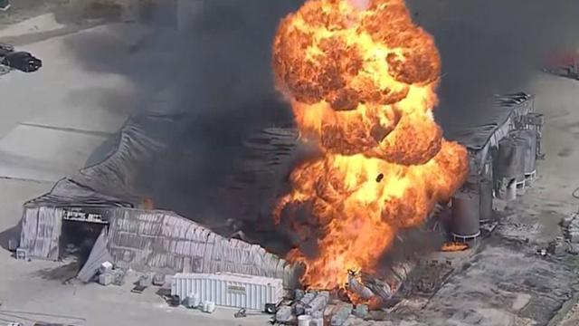 Helikopter filmt grote explosie in chemische fabriek VS