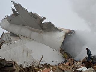 Boeing 747 stort neer op huizen in buurt van vliegveld