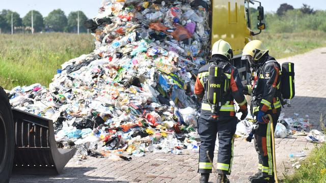 Vuilniswagen geleegd na melding brandend afval in Alphen aan den Rijn