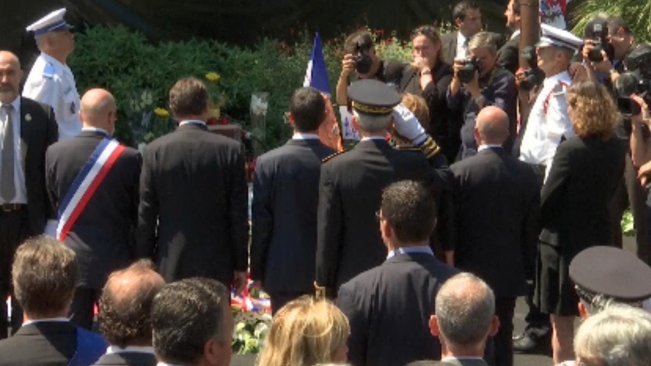 Minister Valls uitgejoeld bij herdenking Nice