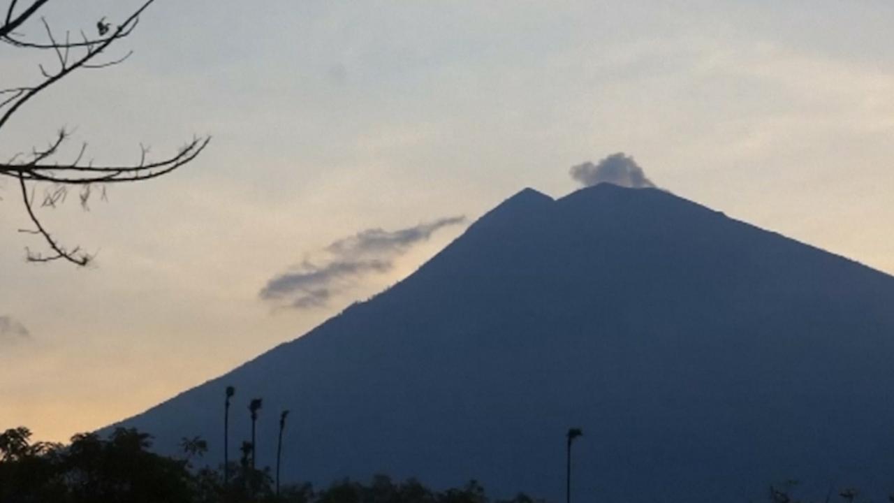 Balinezen verlaten huizen om actieve vulkaan Agung