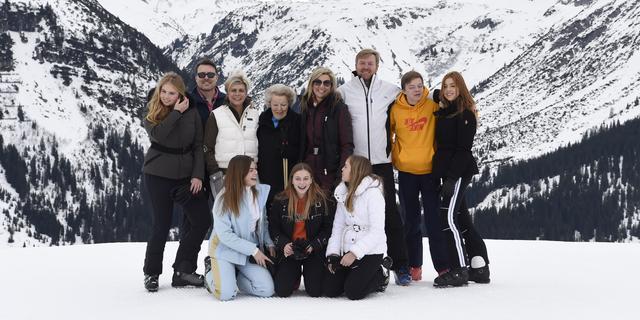 Sociale onthouding voor koning en gezin na vakantie in Lech