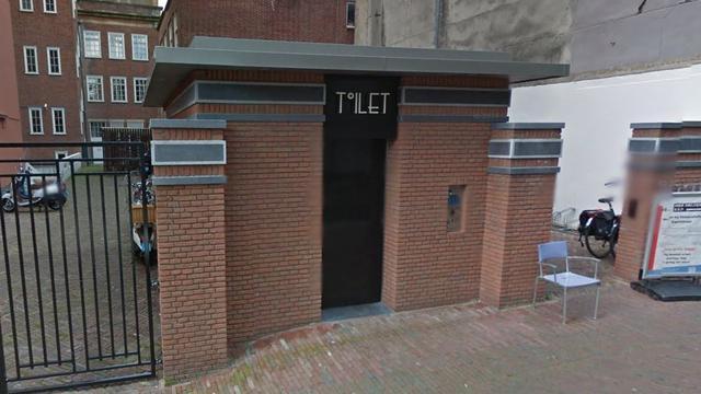 'Vijf brandweerlieden bevrijden vrouw uit openbaar toilet aan Kapelstraat'