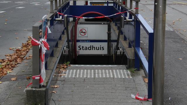 Reizigers stappen weer op en af bij metrostation Stadhuis