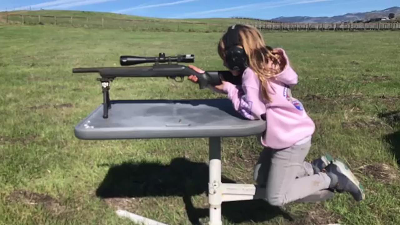 Echtgenoot Pink doet schietoefening met dochter