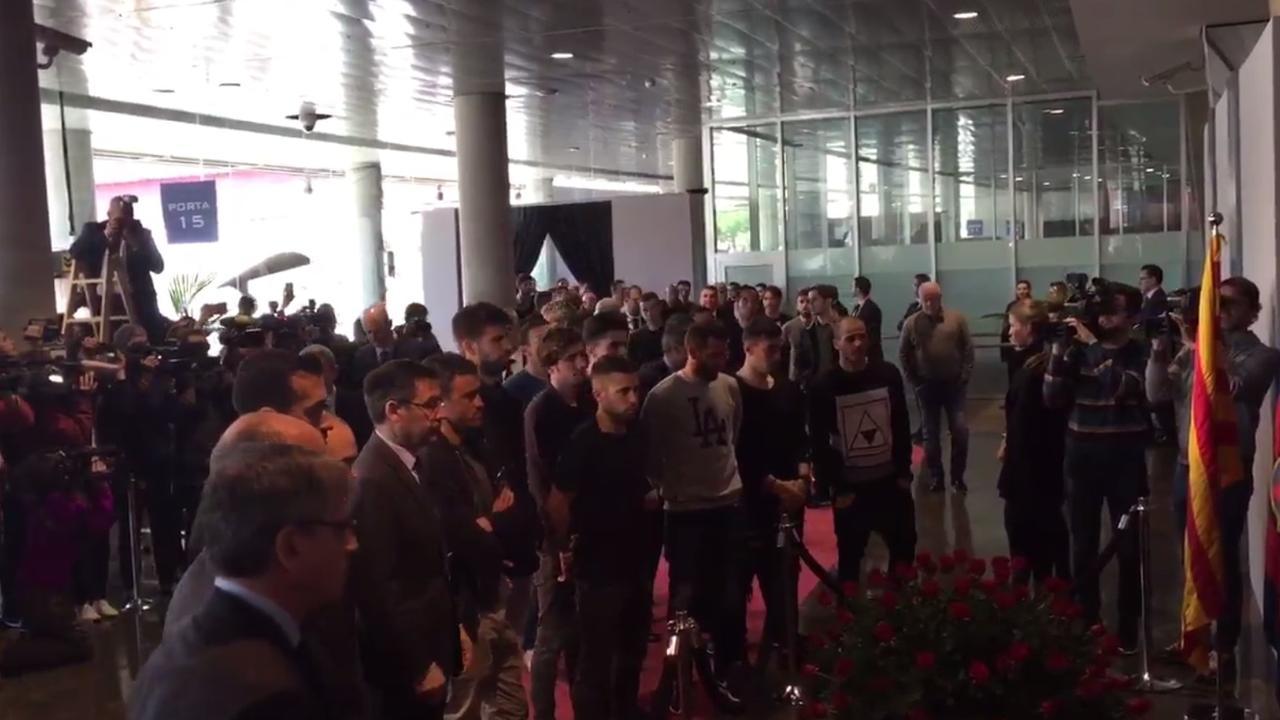 Selectie FC Barcelona bij herdenkingsplek Cruijff