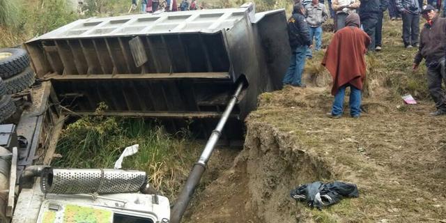 Vuilniswagen met kinderen stort in ravijn Peru