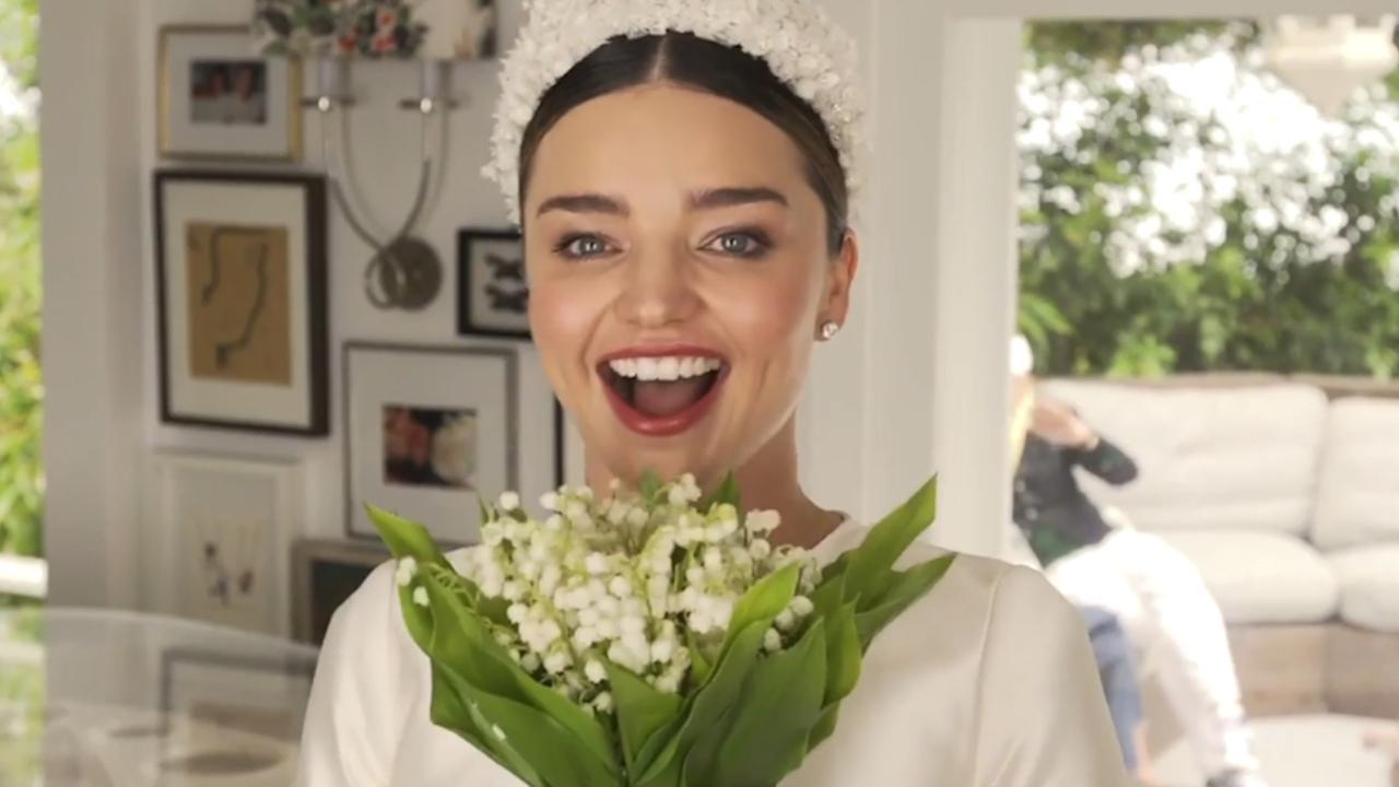 Model Miranda Kerr toont haar bruidsjurk