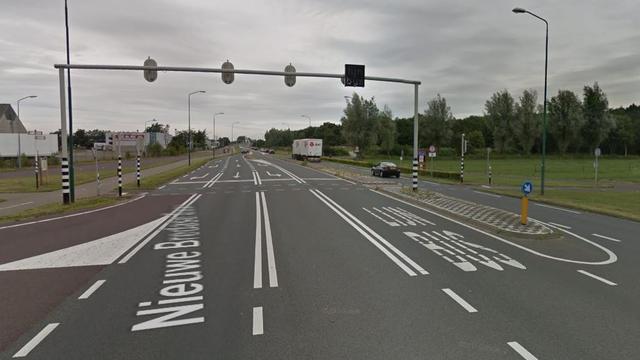 Voertuig met lekke band botst tegen lantaarnpaal op Nieuwe Bredase Baan