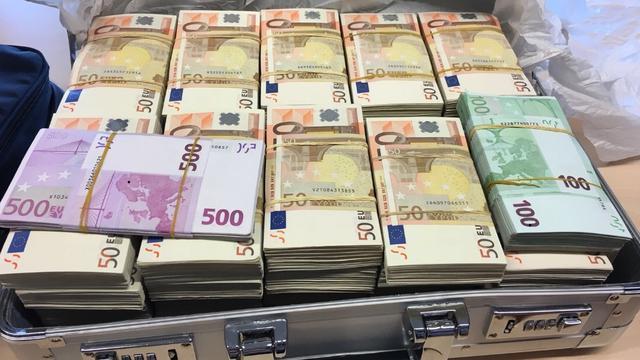 Politie treft 400.000 euro aan in auto en houdt inzittenden aan