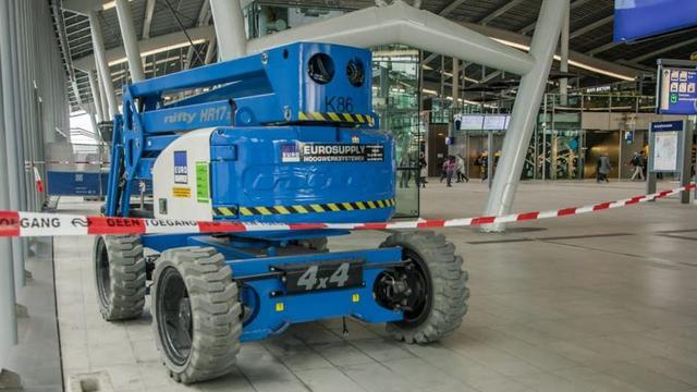 Hoogwerker in stationshal Utrecht kan door fout niet weg