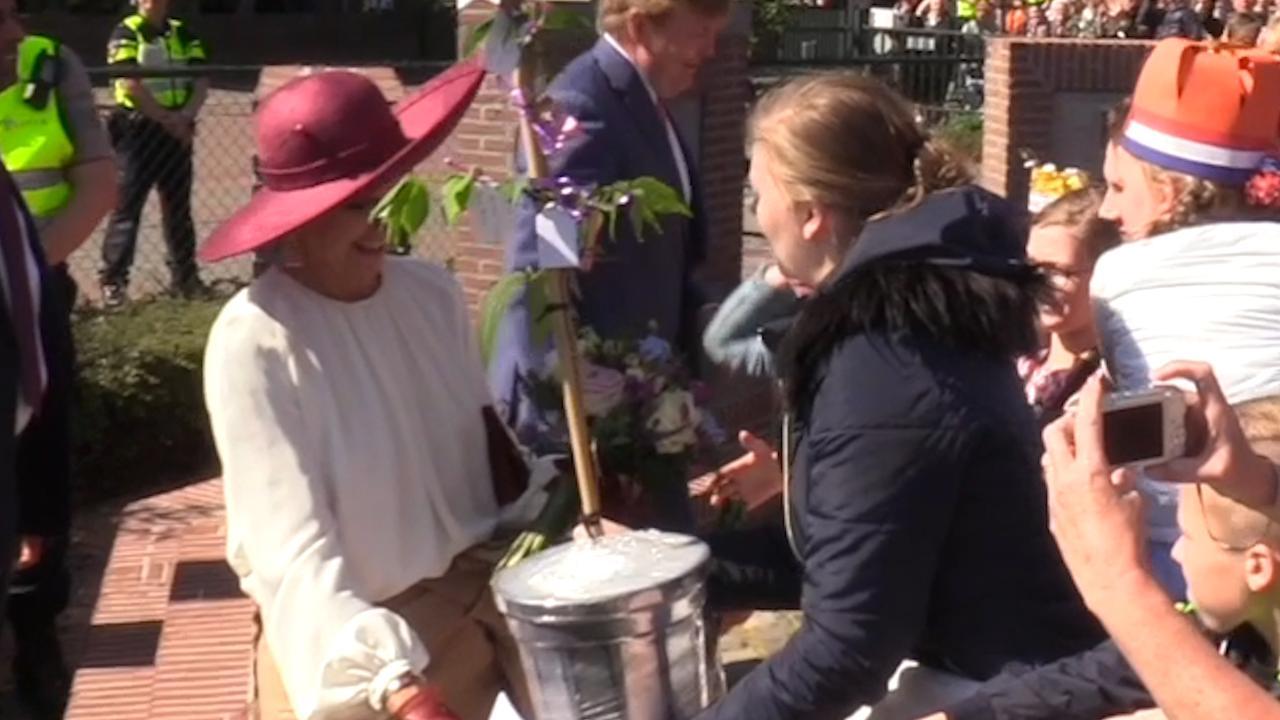 Máxima krijgt boom aangeboden bij streekbezoek Betuwe