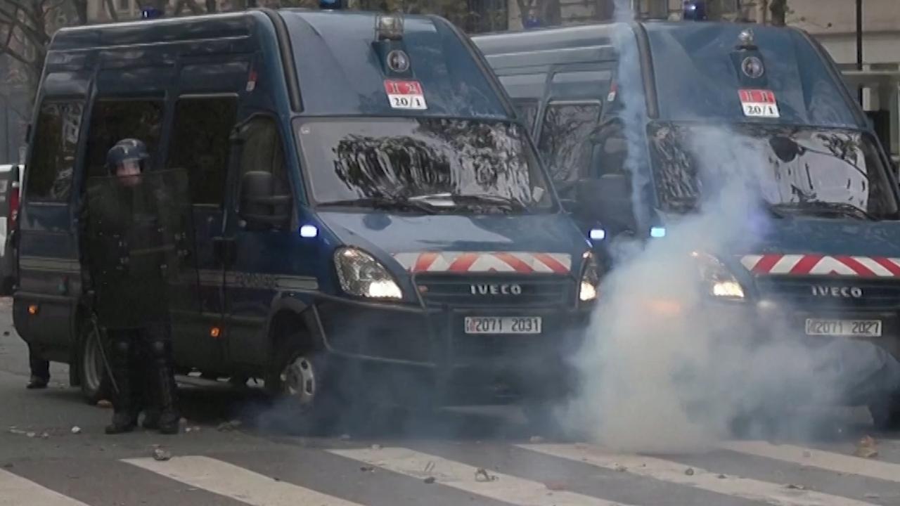 'Gele Hesjes' bekogelen Franse politie bij demonstratiejubileum