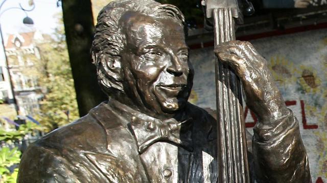 Standbeelden weer teruggeplaatst op Johnny Jordaanplein