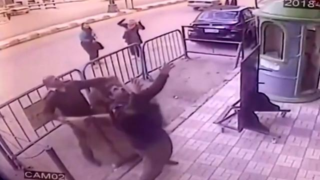 Egyptische agent vangt kind dat van derde verdieping valt