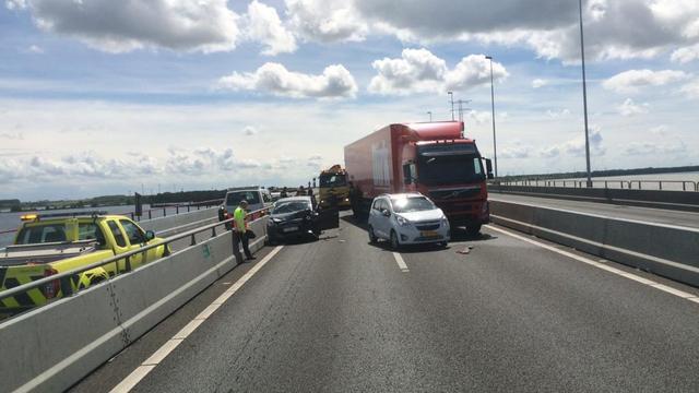 Haringvlietbrug enige tijd dicht na botsing tussen auto's en vrachtwagen