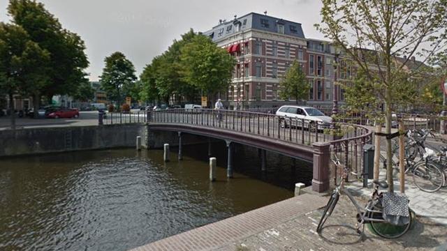 Automobilist valt bijna in Nieuwe Gracht na ongeluk bij Nassaubrug