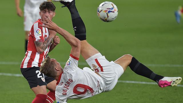 Invaller Luuk de Jong probeert het zonder succes met een omhaal voor Sevilla tegen Bilbao.