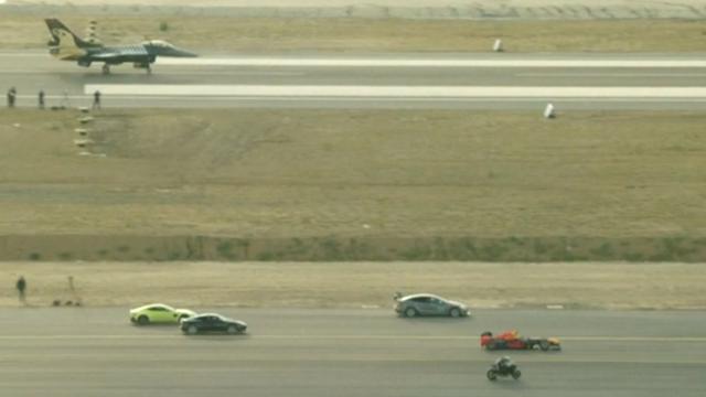 Superbike wint race van straaljager en Tesla op vliegveld Istanbul