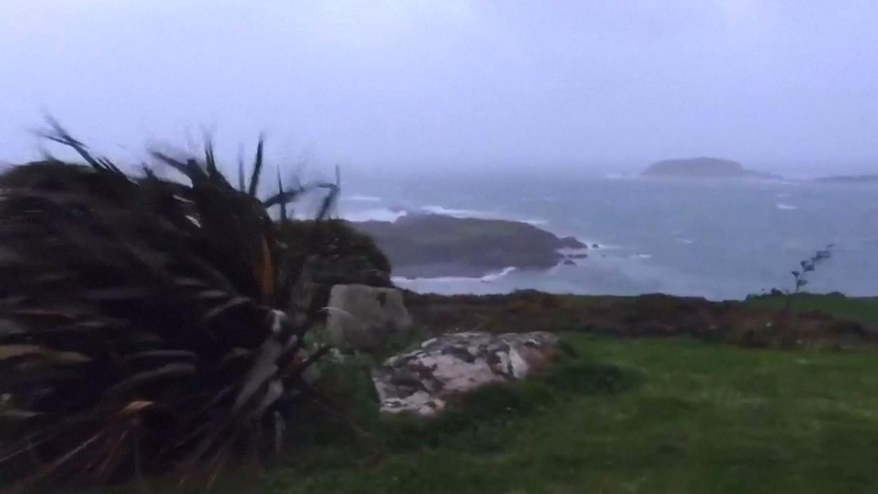 Ophelia brengt harde wind en metershoge golven naar Ierland