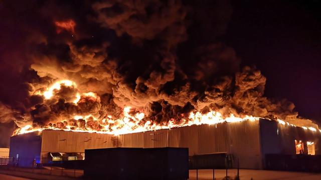 Forse brand legt papierrecyclingbedrijf bij Staphorst in de as