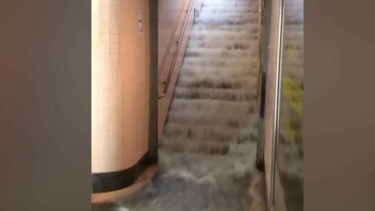 Metrostation in Melbourne ondergelopen door regenval