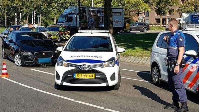 Ongeluk tussen taxi en personenauto op Kardinaal de Jongweg Utrecht
