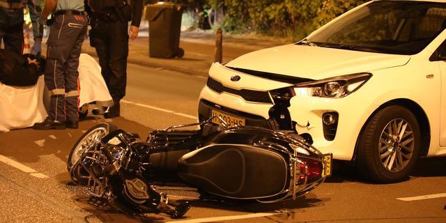 Scooterrijder gewond bij aanrijding met auto op Hoge Rijndijk