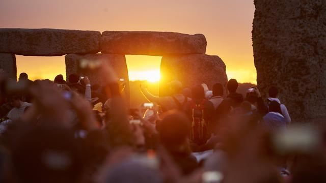 Duizenden mensen vieren langste dag van het jaar in Stonehenge