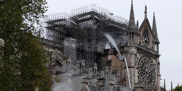 Brand Notre-Dame geblust, structuur van kathedraal gered