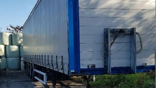 Politie vindt trailer met ruim 14.000 liter grondstoffen voor drugsproductie