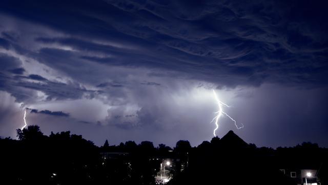 KNMI geeft code geel af vanwege onweer tijdens avondspits