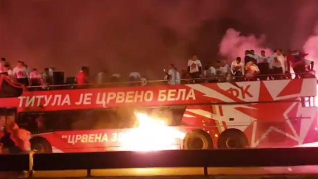 Servische voetbalploeg vlucht van brandende spelersbus