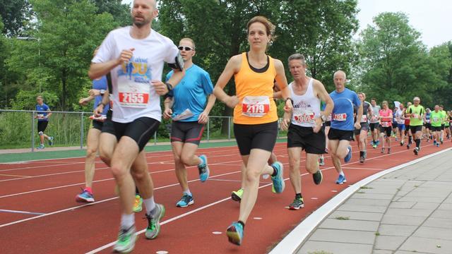 Driehonderd deelnemers lopen muzikale marathon in Alphen aan den Rijn