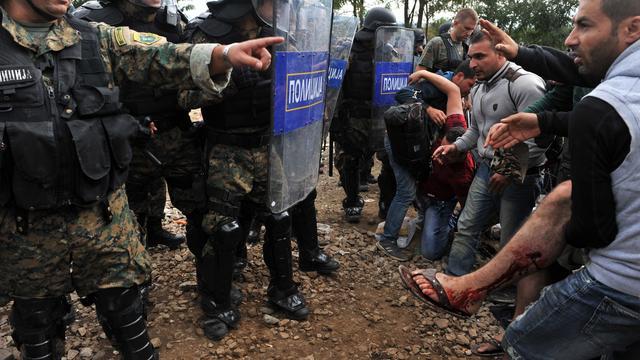 Politie Macedonië gebruikt stungranaten tegen asielzoekers