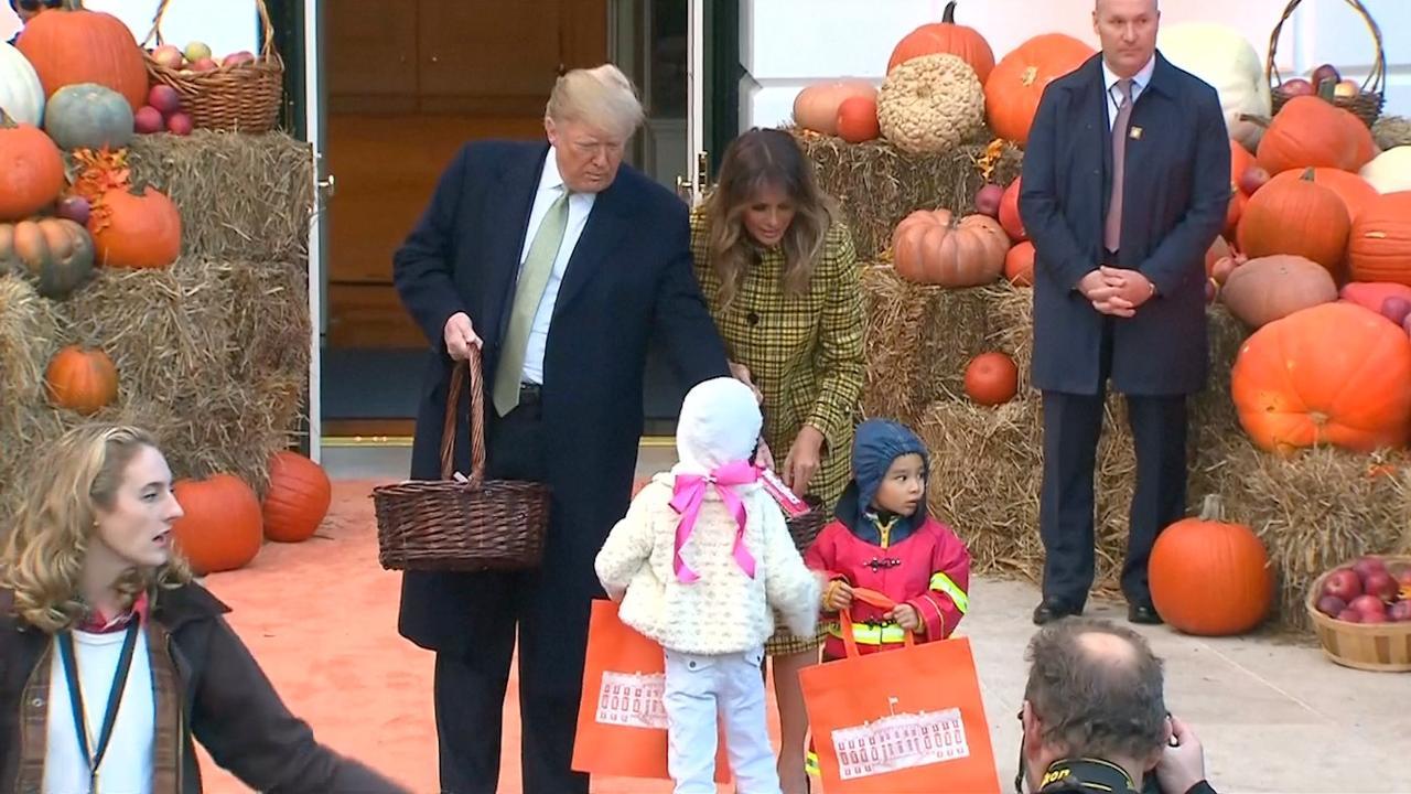 Halloween Snoep.Donald Trump Deelt Snoep Uit Bij Witte Huis Voor Halloween
