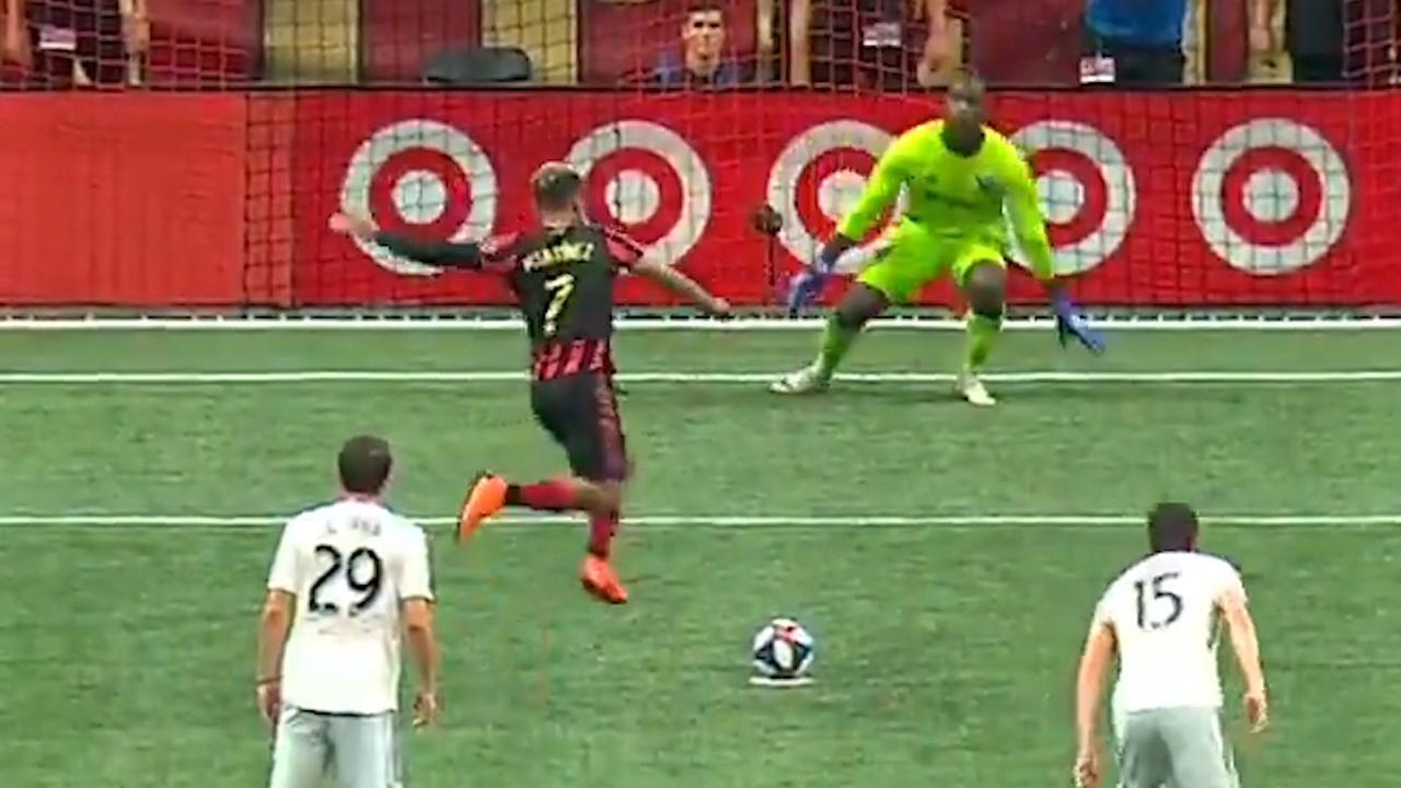 De Boer ziet Atlanta-speler penalty missen na bizarre aanloop