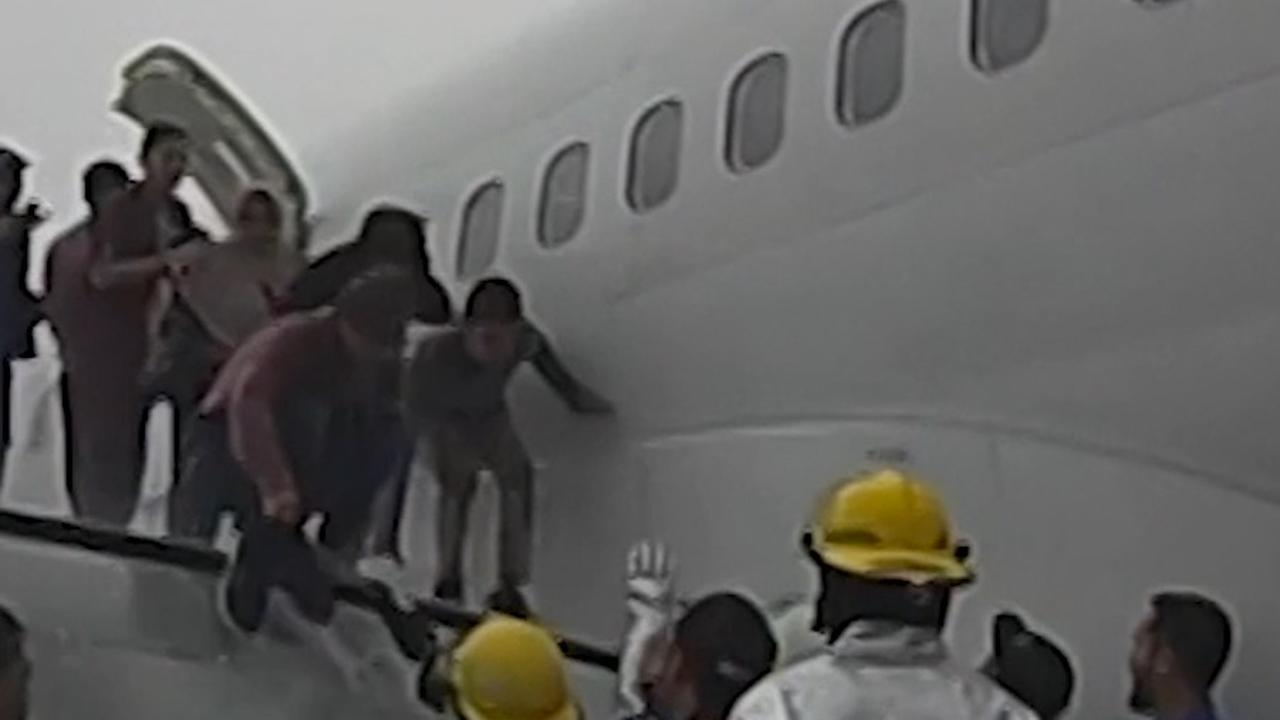 Vliegtuig belandt naast landingsbaan in Indonesië